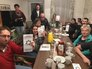 Der Vorstand präsentiert den BewohnerInnen im Verein Wohnen St. Pölten die Ziele und Aufgaben.